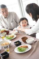 朝食を食べる母と娘と祖父
