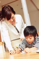 勉強をする男の子と母親