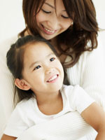 笑顔の子供を抱くお母さん