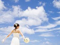 大きな青空と花嫁の後姿
