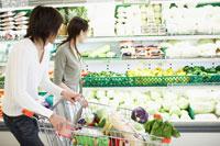 スーパーで買い物をする夫婦