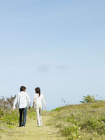 草原の小道を歩くカップル