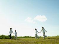 草原を歩く4人家族