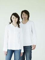 白い壁の前に立つカップル