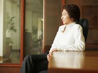 会議室のイスに座るビジネスマン
