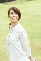 公園に立つ笑顔の女性