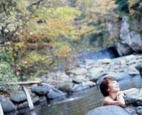 紅葉の露天風呂と女性