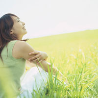 緑の草原と女性