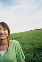 緑の草原とグリーンの服を着た女性