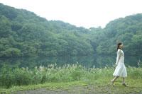 水辺を歩く女性