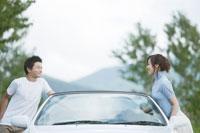 車とカップル