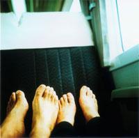 座席に乗せたカップルの足