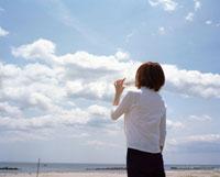 青空の雲とペットボトルの水を飲む女性 20010002704| 写真素材・ストックフォト・画像・イラスト素材|アマナイメージズ
