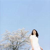 青空と桜と女性