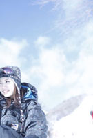 ゲレンデのスノーボーダー女性ブルー調