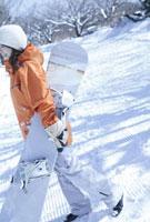ゲレンデのスノーボーダー女性