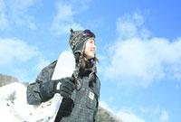 青空とスノーボーダー女性