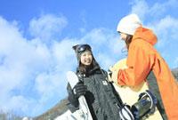 青空とスノーボーダー女性2人