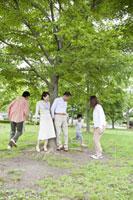 公園で遊ぶ三世代ファミリー
