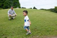 草原のシニア男性と男の子