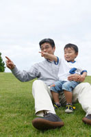 指をさすシニア男性と男の子