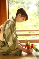 花を活ける浴衣の女性