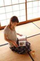 和室で読書をする女性