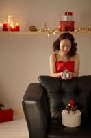 クリスマスプレゼントを見つめる女性 20010003226| 写真素材・ストックフォト・画像・イラスト素材|アマナイメージズ