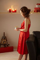 クリスマスプレゼントを見つめる女性