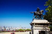 伊達政宗騎馬像と仙台市街 宮城県