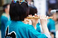 青葉まつりで笛を吹く人 宮城県 20010003513| 写真素材・ストックフォト・画像・イラスト素材|アマナイメージズ