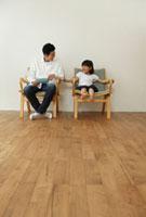 イスに座る父親と女の子