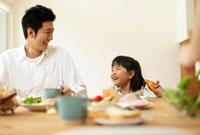 朝食を食べる父親と女の子