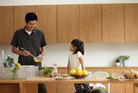 料理をする父親と女の子