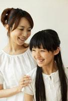 笑顔の母親と女の子