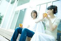麦茶を飲むカップル