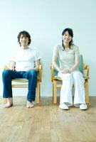 イスに座るカップル