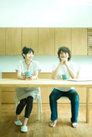 コーヒーブレイクを楽しむカップル