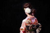 着物姿の女性の後姿 20010003877| 写真素材・ストックフォト・画像・イラスト素材|アマナイメージズ