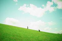 緑の丘で遊ぶ2人の男の子