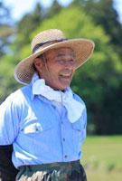 笑顔で遠くを眺める農夫