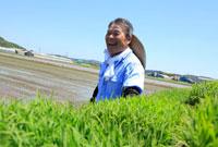 イネの苗と笑顔の農夫