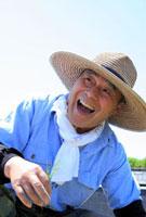 イネの苗を持つ笑顔の農夫