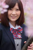 卒業証書を手にする女子高生