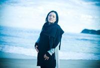 海辺に立つ妊婦 宮城県東松島市