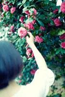 花を手にとる女性
