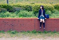 公園に座る女子学生