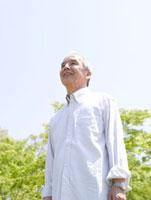 青空を見上げるシニア男性