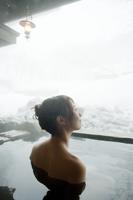 冬の露天風呂に入浴する女性