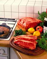 牛肉(サーロイン)と野菜 20013000669| 写真素材・ストックフォト・画像・イラスト素材|アマナイメージズ